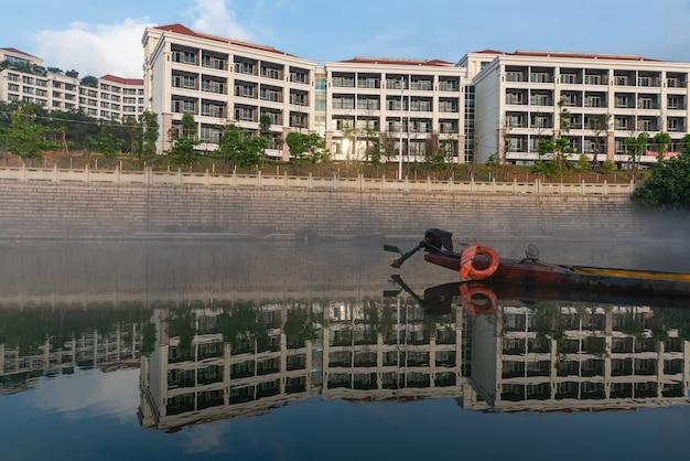 De rivier weerspiegelt het landschap aan beide kanten