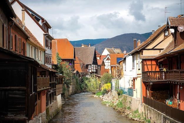 De rivier weiss stroomt door de oude stad