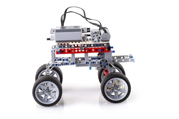 De robot met afstandsbediening gemaakt van bouwstenen die door kinderen zijn geassembleerd