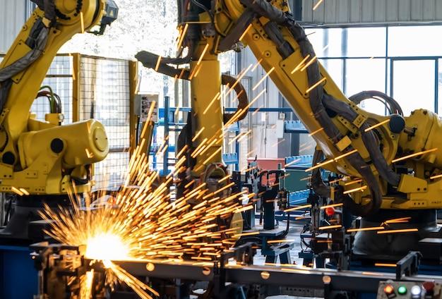 De robotarm staat op de productielijn