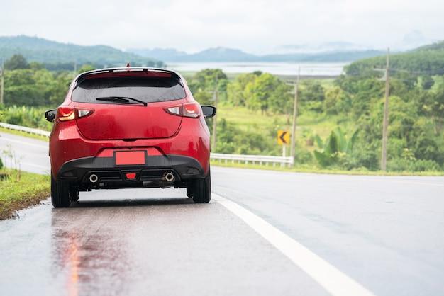 De rode auto op de weg