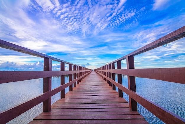De rode brug en zon op of ondergaande zon op horizon
