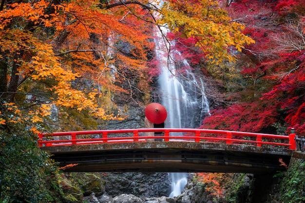 De rode brug in minoh waterval
