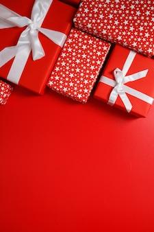 De rode geschenkdozen op rode achtergrond met kopie ruimte voor tekst 11,11 dagverkoop.