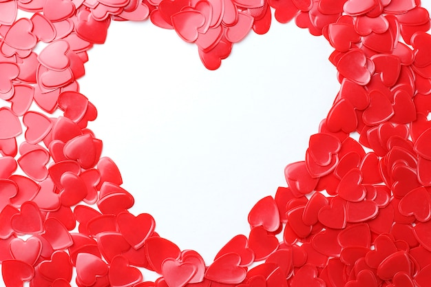 De rode hartenconfettien en het witte kader sluiten omhoog