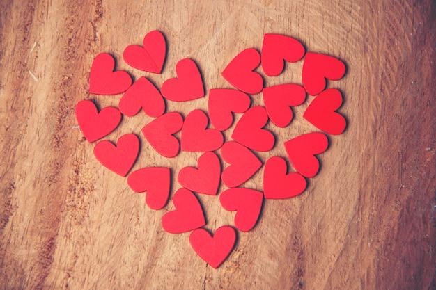 De rode hartvormen op abstracte achtergrond in liefdeconcept voor valentijnskaartendag
