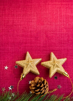 De rode kerstdag op de achtergrondafbeelding en gouden sterren op de achtergrond hebben ruimte voor tekst voor het nieuwe jaar of vrolijk kerstfeest.