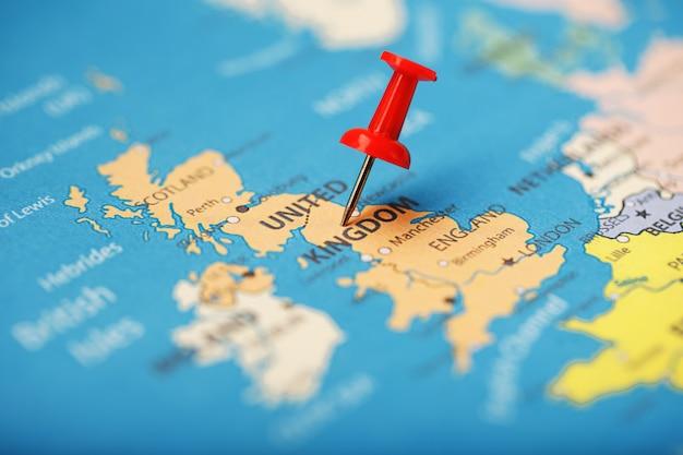 De rode knop geeft de locatie en coördinaten van de bestemming aan op de kaart van het land van engeland