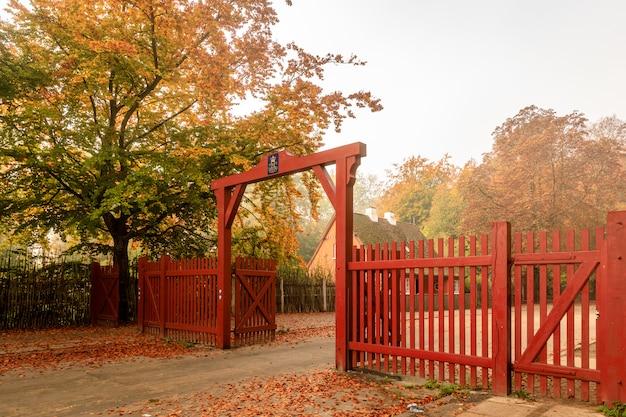 De rode poort naar jaegersborg dyrehave. deze poort bevindt zich naast het station klampenborg. herfst kleuren