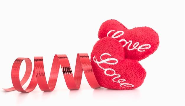 De rode vorm en het lint van het ambachthart op witte achtergrond, valentine-concept