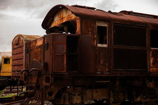 De roestige oude treinruïnes zien er eng uit