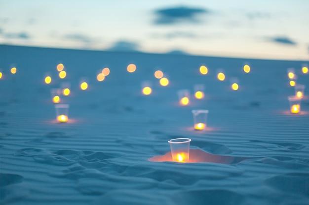 De romantische kaarsen van de atmosfeerverlichting in zandwoestijn