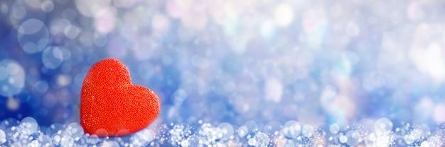 De romantische rode achtergrond van de bokeh abstracte valentijnskaart. banier