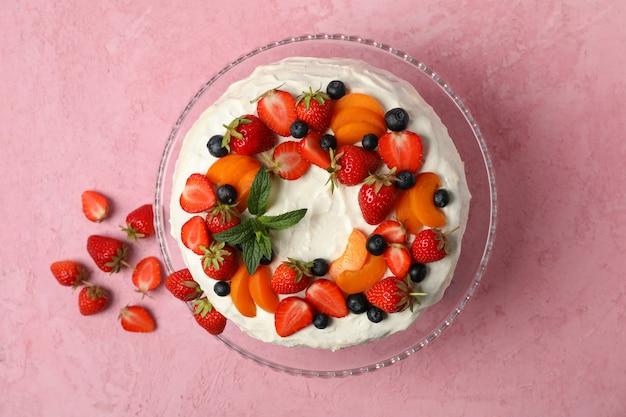 De roomcake van berry op roze achtergrond