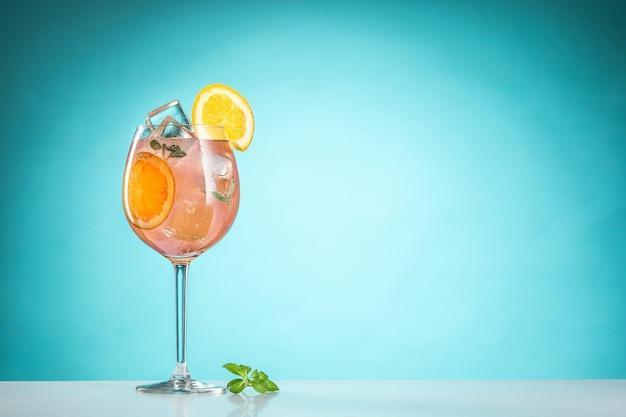 De roos exotische cocktail en fruit op blauw