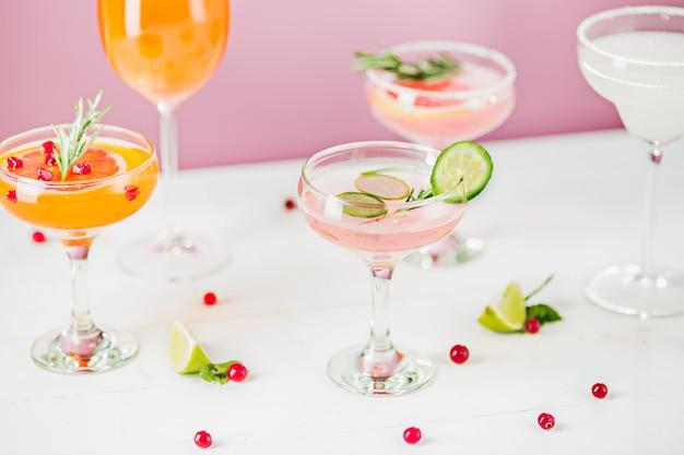 De roos exotische cocktails en fruit op roze