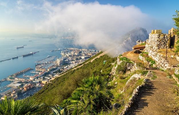 De rots van gibraltar in mist. brits overzees gebied