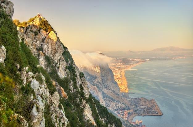 De rots van gibraltar in mist