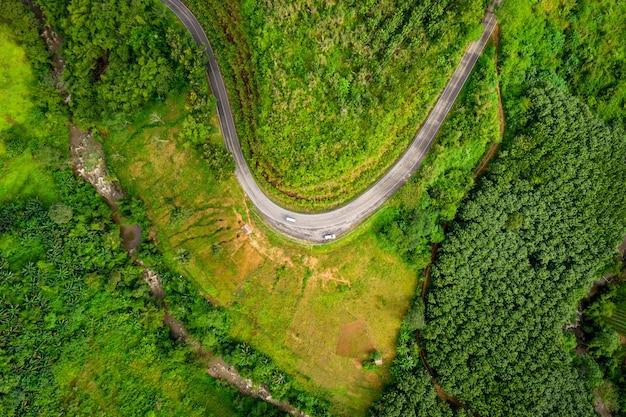 De route op de berg die de stad verbindt bij chiangrai thailand
