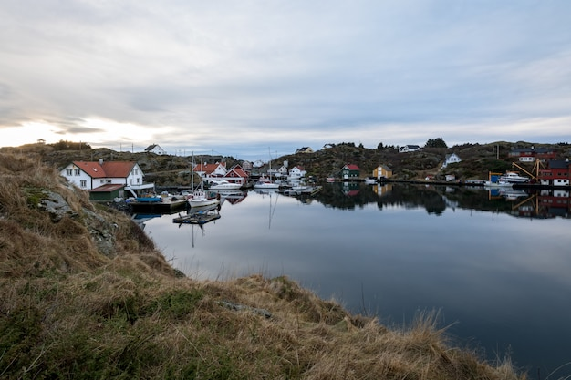 De rovaer-archipel in haugesund, in de noorse westkust. kleine nederzetting aan zee.