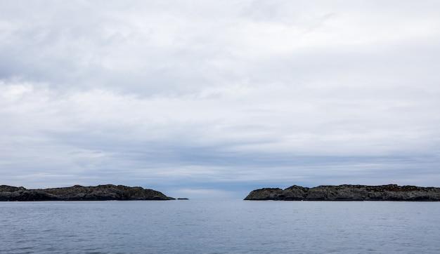 De rovaer-archipel in haugesund, in de noorse westkust. oceaan, eilanden en lucht met wolken.