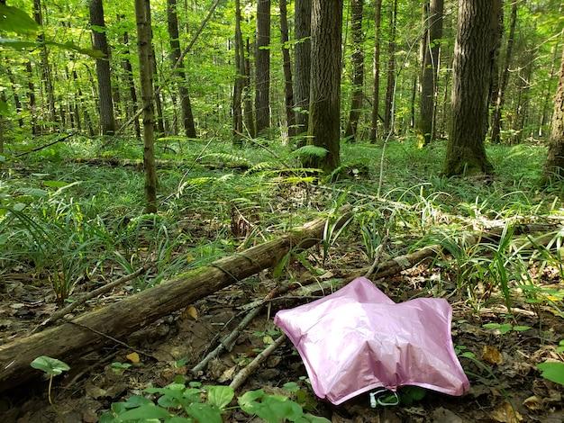 De roze bal gaat verloren in de bosecologie