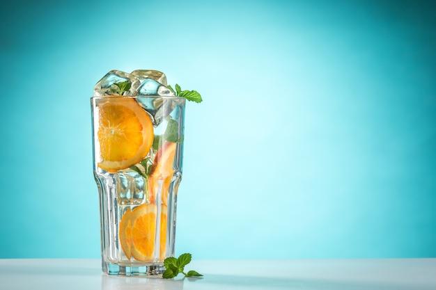 De roze exotische cocktail en fruit op blauw