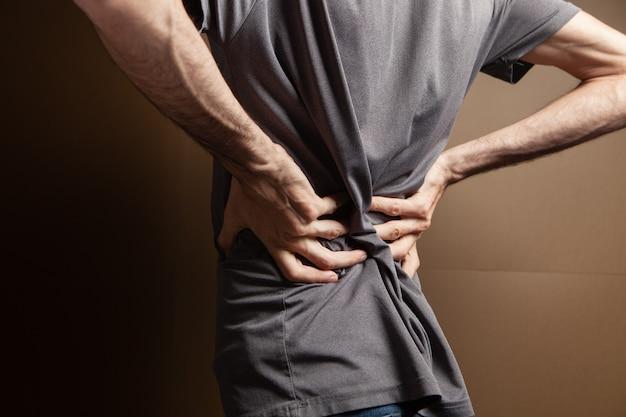 De rug van de man doet pijn. nier pijn