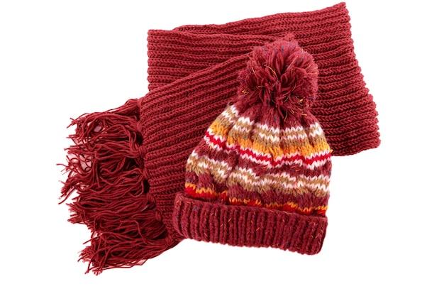 De ruige blauwe gebreide winter bobble hoed en sjaal die op een witte achtergrond wordt geïsoleerd