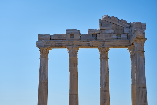 De ruïnes van de apollo-tempel in side, turkije tegen een blauwe hemel.