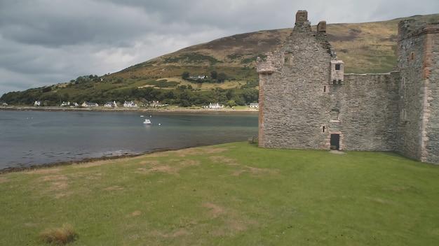 De ruïnes van de kasteelmuren van de close-up bij zeegezichtantenne