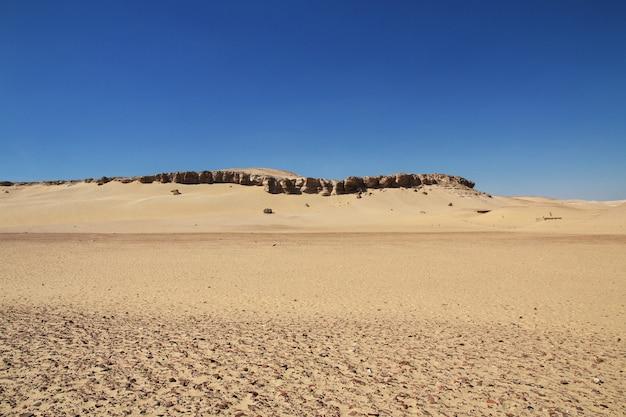 De ruïnes van de tempel in de woestijn sluiten el minya, egypte