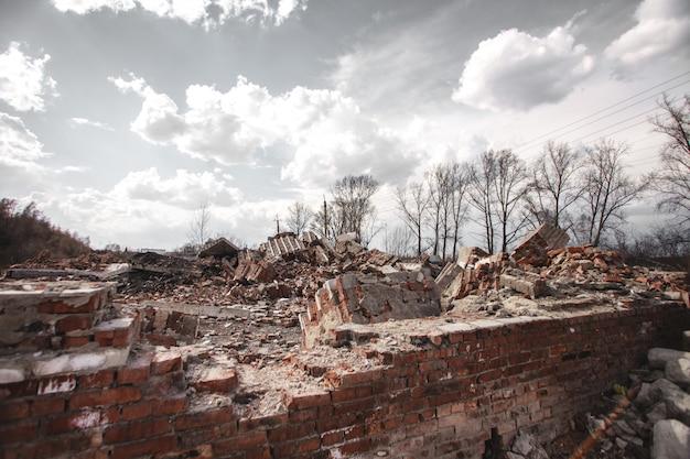 De ruïnes van een bakstenen huis