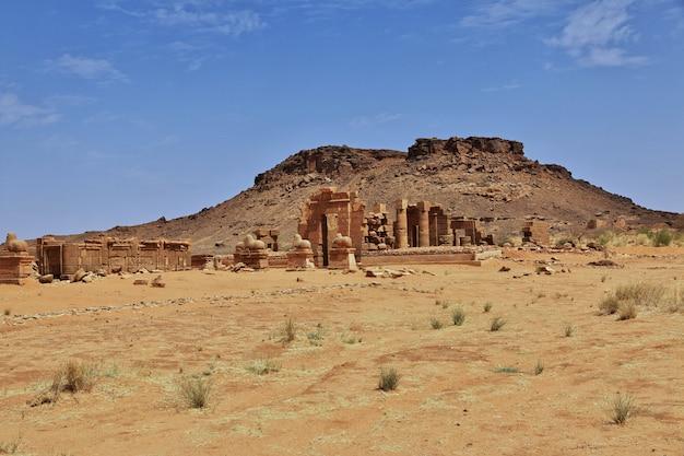 De ruïnes van een oude egyptische tempel in de sahara-woestijn van soedan, nubia