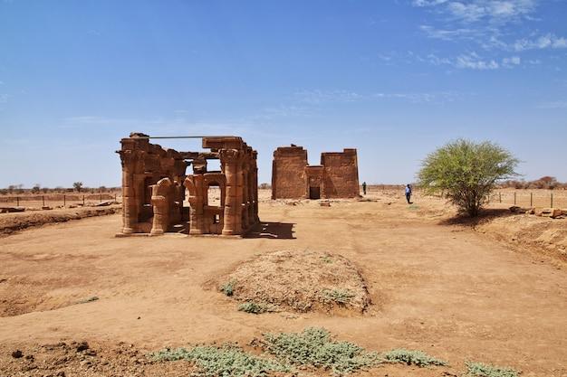 De ruïnes van een oude egyptische tempel in de sahara woestijn van soedan, nubia