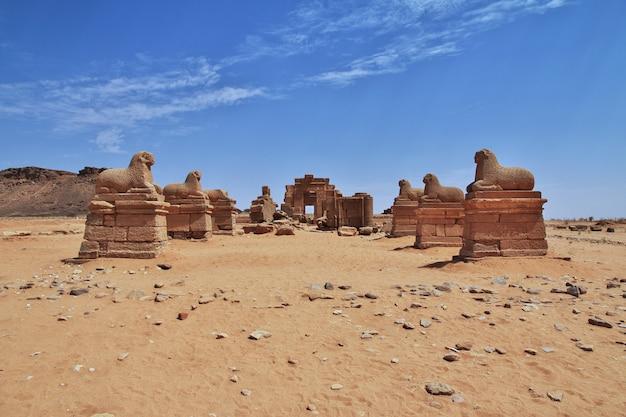 De ruïnes van een oude egyptische tempel in de woestijn van soedan, nubia