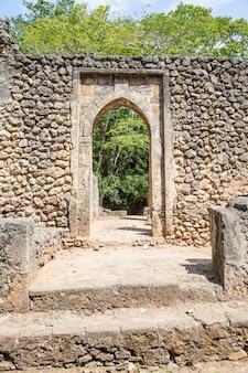 De ruïnes van gede in kenia zijn de overblijfselen van een swahili-stad, typisch voor de meeste steden langs de oost-afrikaanse kust