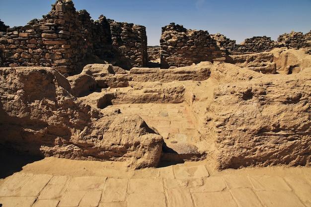 De ruïnes van het oude klooster van ghazali in de saharawoestijn in soedan, afrika
