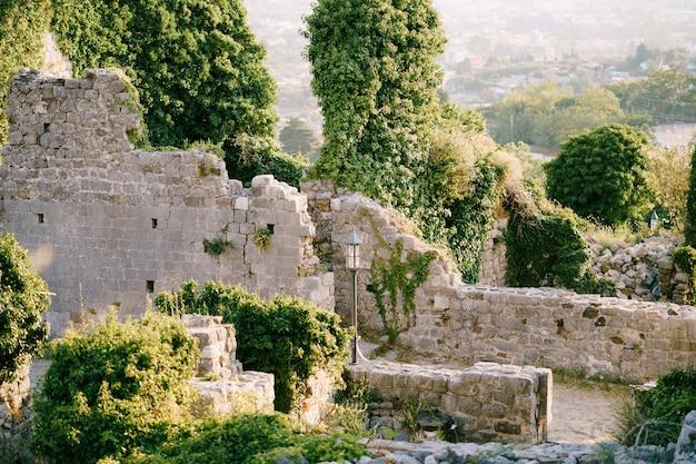 De ruïnes van oude gebouwen in old bar montenegro