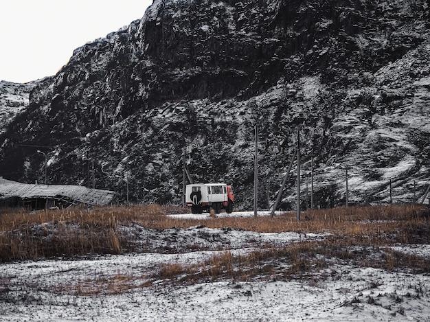 De russische oeral voert een drop-off van toeristen uit in de arctische toendra