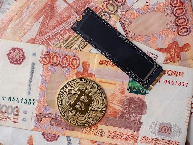 De russische vijfduizend dollarbiljetten hebben een m2 ssd-schijf en bitcoin. het concept van mijnbouwvaluta op harde schijven