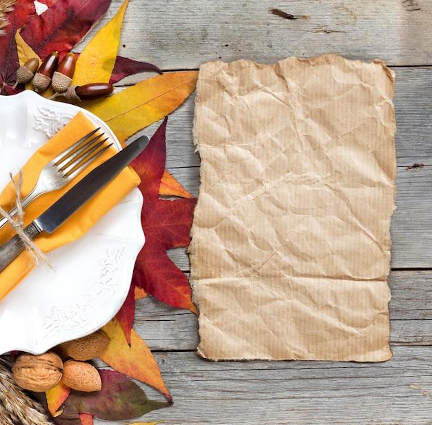 De rustieke lijst die van de herfst met noten en bladerengrens plaatst op een houten lijst met exemplaar ruimte hoogste mening