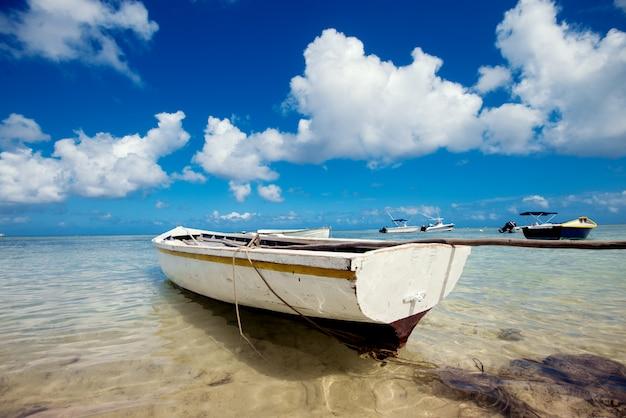 De rustieke oude boot van de visser bij kust van indische oceaan.