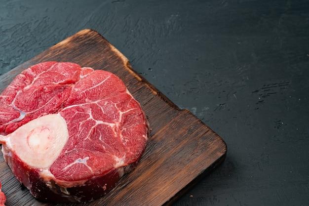 De ruwe biefstuk van de rundvleesfilet op houten achtergrond, sluit omhoog.