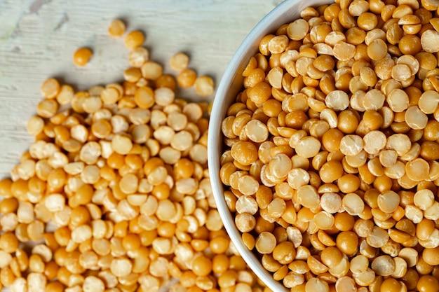 De ruwe graangewassen of de bonen in glaskruiken sluiten omhoog. veganistisch en vegetarisch eten.