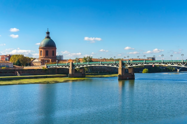 De saint-pierre-brug loopt over de garonne in toulouse