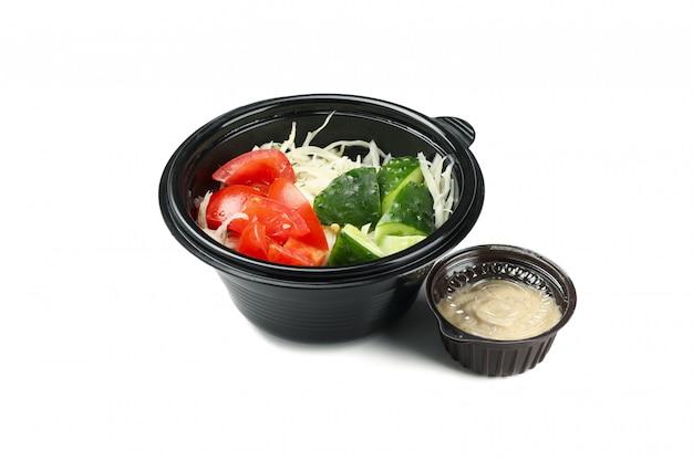 De salade haalt binnen doos weg die op witte achtergrond wordt geïsoleerd