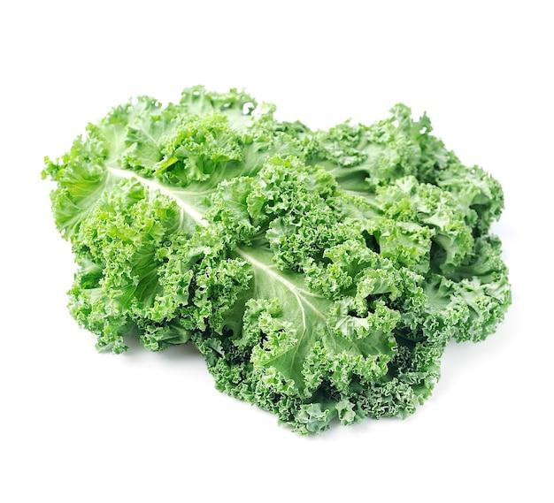De salade van boerenkoolbladeren die op wit wordt geïsoleerd