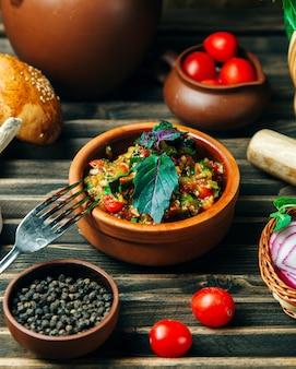 De salade van de auberginekaviaar met kruiden wordt bedekt dat