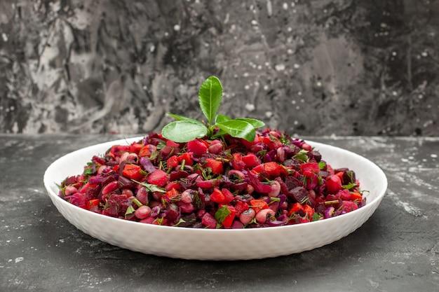 De salade van de vooraanzichtvinaigrette met bieten en bonen op grijze achtergrond